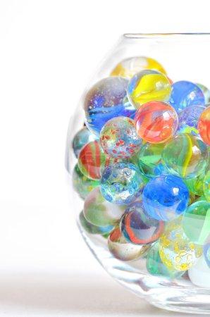 Photo pour Boules de verre différents dans un bol transparent sur fond blanc - image libre de droit
