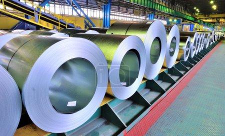 Photo pour Rouleaux de tôle d'acier stockés dans un entrepôt - image libre de droit