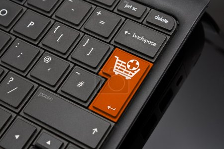 Photo pour Ajouter à la touche retour panier symbolisant la sélection de produits à l'achat final sur une boutique en ligne - image libre de droit