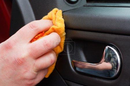 Foto de Limpiar el interior del coche con paño de pulido - Imagen libre de derechos