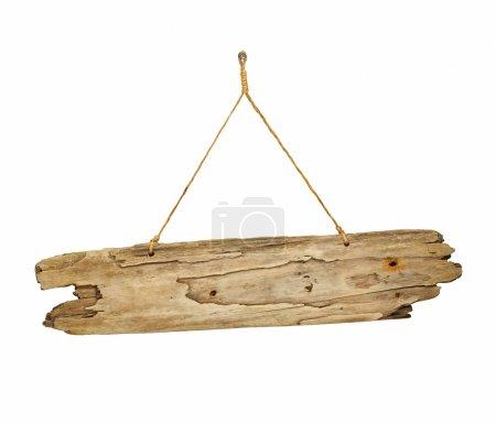 Photo pour Vieille planche de bois antique grungy de signe de bois flotté sur la corde idéal pour les avis - image libre de droit