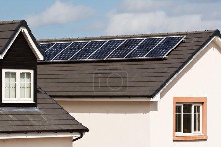Foto de Paneles solares fotovoltaicos montados en la cubierta de teja de una casa moderna residencial o privada - Imagen libre de derechos