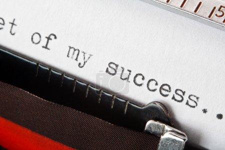 Photo pour Le secret de mon succès concept d'entreprise phrase dactylographiée sur une machine à écrire rétro, grand concept pour la narration, plans d'affaires, présentations, ou blogs - image libre de droit