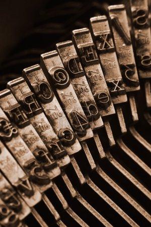 Photo pour Gros plan des barres de dactylographie antiques en mettant l'accent sur le symbole at, grand concept pour les blogs, le journalisme, les nouvelles ou les médias de masse - image libre de droit