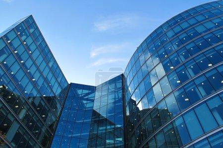 Photo pour Architecture de bureau très moderne à Londres près de la rivière - image libre de droit