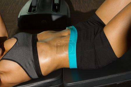 Photo pour Gros plan sur les muscles abdominaux jeune femme fitness - image libre de droit