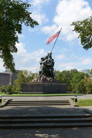 Photo pour Washington dc - 20 août : statue d'iwo jima à washington dc le 20 août, 2012. la statue honore les marines qui sont morts en défendant aux Etats-Unis depuis 1775. - image libre de droit