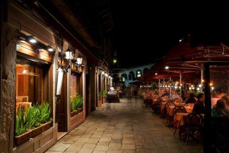 Photo pour Venise rue du Pont du Rialto la nuit, Italie - image libre de droit
