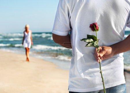 le concept de rendez-vous romantique - homme avec rose attend sa femme sur t