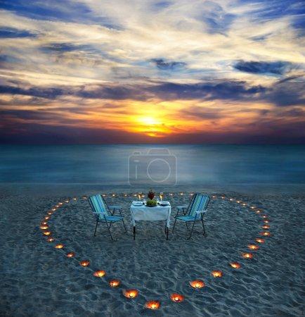 dîner romantique sur la plage de la mer avec des bougies