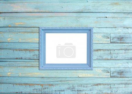 Photo pour Cadre photo vintage gris, plaqué bois, fond en bois bleu, chemin de coupe inclus - image libre de droit
