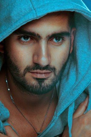 Foto de Hombre árabe. Apuesto varón posando con un sombrero estilo peligroso. fotografía de estudio. tiro vertical - Imagen libre de derechos