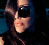 Tajemná žena v brýle, zblízka