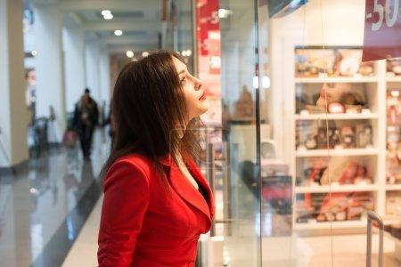 Photo pour Portrait d'une jolie jeune femme regardant la vitrine - image libre de droit