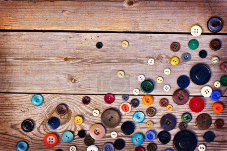 Photo pour Ensemble de boutons vintage sur une vieille table en bois - image libre de droit