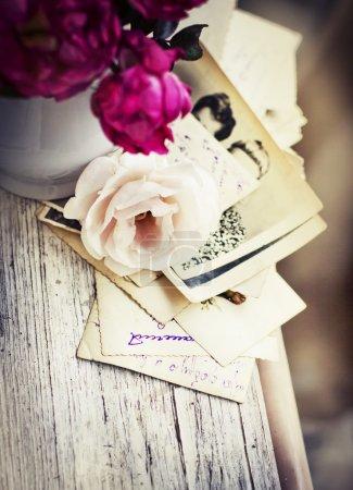 Розы со старыми письмами и открытками