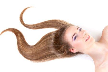 Photo pour Gros plan portrait de jeune belle fille aux cheveux blonds foncés en forme de signe - image libre de droit
