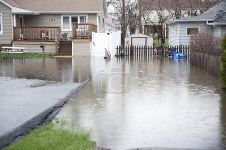 Photo pour La cour arrière d'une maison a inondé l'entrée et la chaussée . - image libre de droit