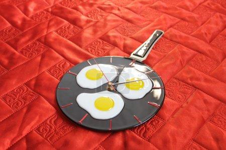 Photo pour Œufs frits sur la poêle. Fusionner . - image libre de droit