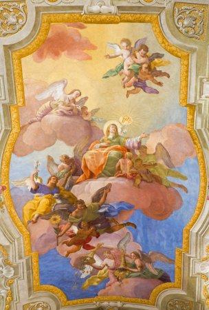 Photo pour VIENNE, AUTRICHE - 17 FÉVRIER 2014 : Vierge Marie au ciel. Fresque au-dessus du presbytère sur le plafond de l'église baroque st. Annes par Daniel Gran à partir de 1751 . - image libre de droit