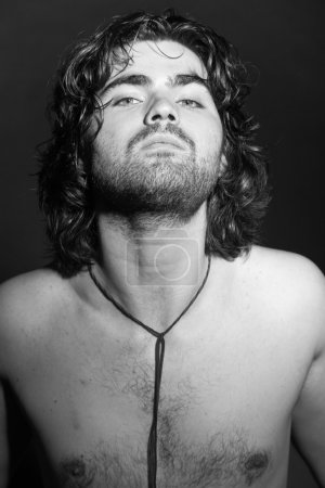 Photo pour Noir et blanc portrait du musicien de rock psychédélique style. Rockstar interprète avec des regards arrogants. - image libre de droit