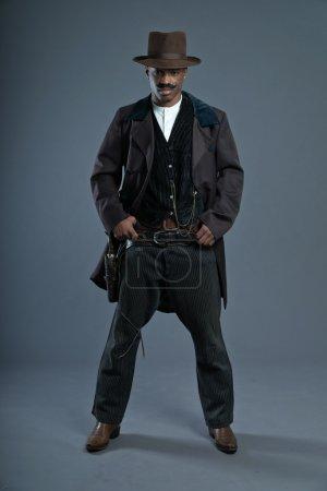 Photo pour Rétro afro Amérique western cowboy homme avec moustache. porter un chapeau brun. cool gars dur. - image libre de droit