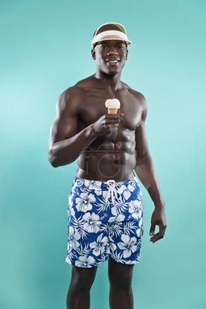 Sommer schwarz afrikanisch amerikanisch muskulös Fitness Mann hält Eis cr