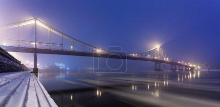 Пешеходный мост в Киеве зимой