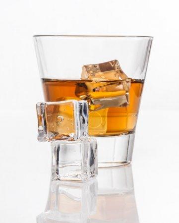 Photo pour Verre de whisky avec glace, isolé sur fond blanc et petite profondeur de champ - image libre de droit