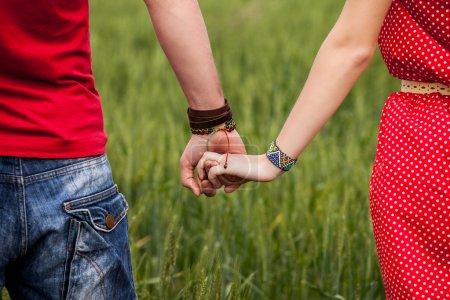 Photo pour Tenant la main couple - image libre de droit