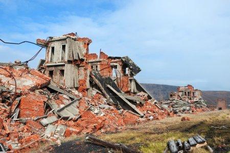 Photo pour Complètement détruit un bâtiment en briques de deux étages - image libre de droit