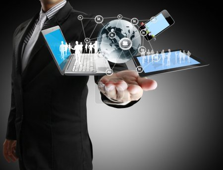 Photo pour La technologie entre les mains des hommes d'affaires - image libre de droit