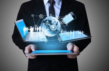 Photo pour Technologie entre les mains des hommes d'affaires - image libre de droit