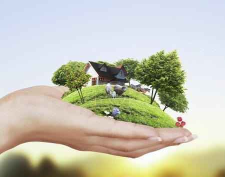Photo pour Main tenant maison modèle architectural - image libre de droit