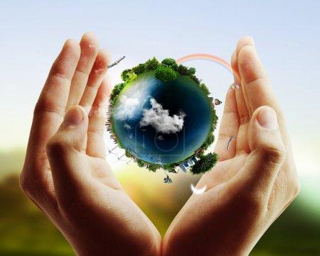 Photo pour Tenant dans ses mains un globe terrestre rayonnant - image libre de droit