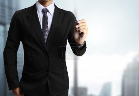 Photo pour Homme d'affaires dessin à la main dans le tableau blanc - image libre de droit
