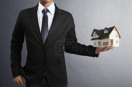 Photo pour Maison en mains humaines, hommes d'affaires - image libre de droit