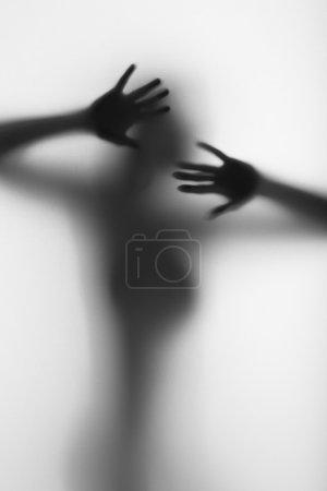 Photo pour Protéger la silhouette diffuse d'une belle femme - image libre de droit