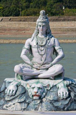 Photo pour Statue Shiva, idole hindoue sur la rivière Ganges, Rishikesh, Inde - image libre de droit