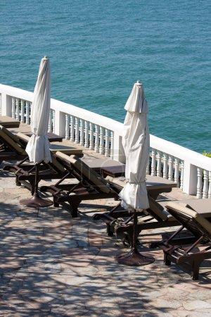Photo pour Chaises longues vides sur la plage, Thaïlande  . - image libre de droit