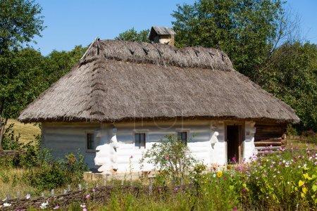 Casas de madera tomadas en el parque en verano en el museo de Pirogovo, Kiev, Ucrania