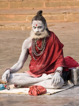 Photo pour VARANASI, INDE - 1er DÉCEMBRE 2012 : Un sadhu non identifié est assis sur le ghat le long du Gange. Le tourisme a attiré de nombreux prétendus faux sadhus à Varanasi - image libre de droit