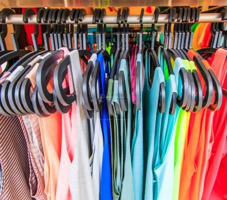 Photo pour Vêtements pendent sur une étagère dans un magasin de vêtements de marque en Thaïlande - image libre de droit