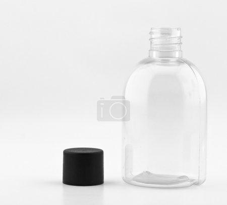 Photo pour Bouteille en plastique transparent sur fond blanc - image libre de droit