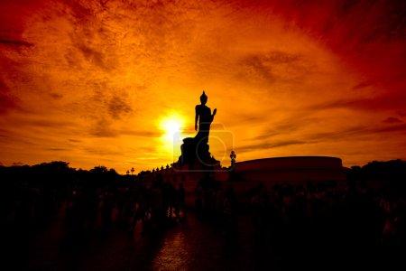 Photo pour Bouddha statue chandelles dans prêté jour Thaïlande - image libre de droit