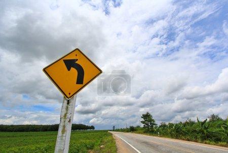 Photo pour Tournez à droite panneau et route asphaltée sur le côté campagne - image libre de droit