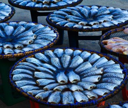 Photo pour Poisson frais sur le marché aux poissons sur les tables - image libre de droit