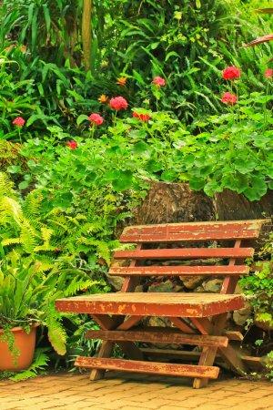 Photo pour Chaise dans le jardin au printemps - image libre de droit