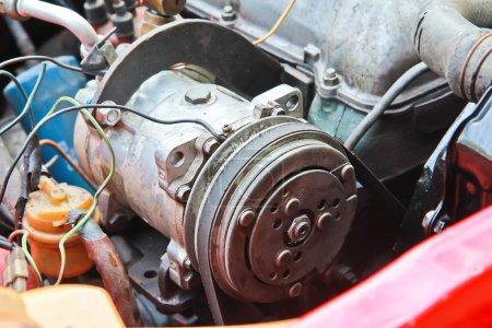 Photo pour Le vieux moteur de voiture gros plan - image libre de droit