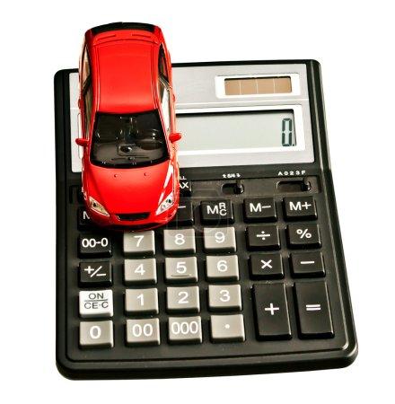 Foto de Coche de juguete y calculadora. concepto para la compra, alquiler, seguro, combustible, servicio y reparación costó - Imagen libre de derechos